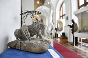Na výstave Mesto drôtu predstavujú tvorbu slovenských drotárov.