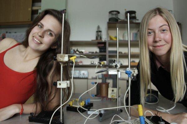 Gymnazistky vyhrali pre školu detektor na meranie kozmického žiarenia.
