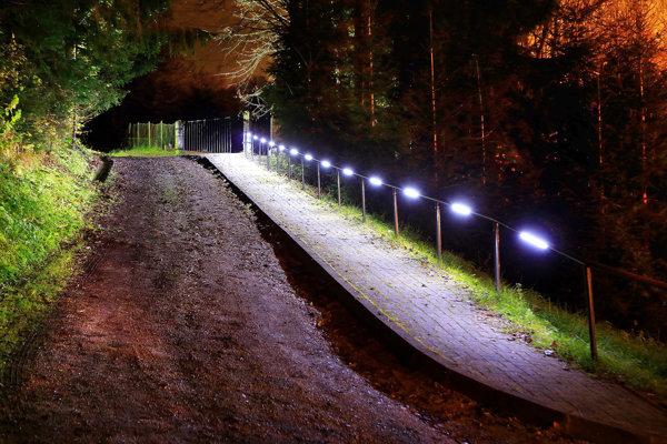 Na Dušičky si ľudia osvetľovali cestu kcintorínu sami. Dnes je osvetlená trvale.