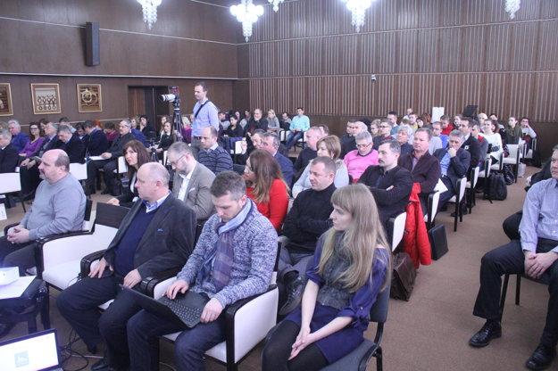 Diskutujúcich témy zaujali, obradná sieň mestského úradu v Nitre sa zaplnila.