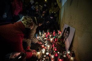 Ľudia zapaľujú sviečky na pamiatku zavraždeného novinára Jána Kuciaka a jeho partnerky Martiny Kušnírovej na N8mestí SNP v Bratislave.