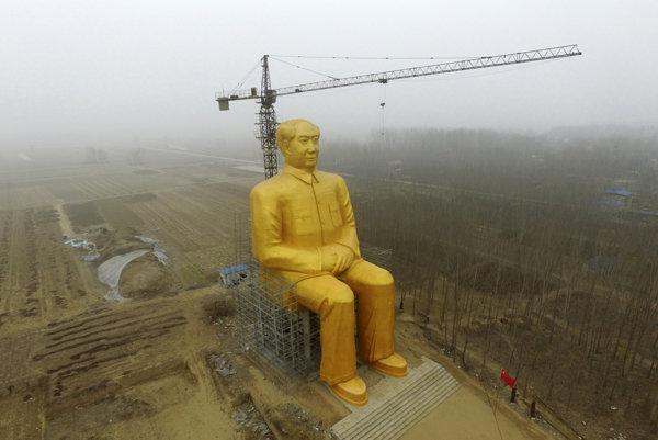 Maova socha sa nedala prehliadnuť.
