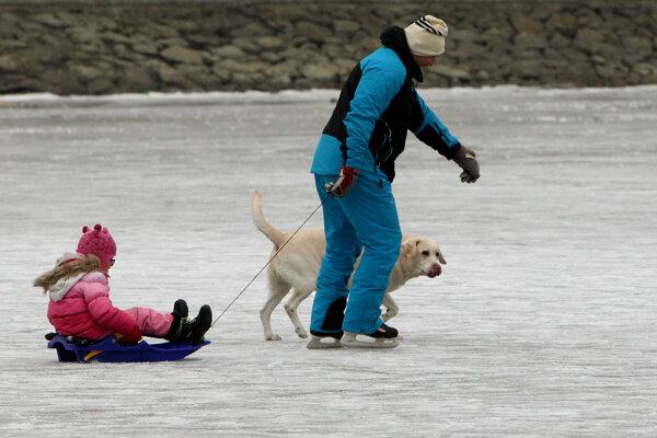 Teploty bod bodom mrazu umožnili posledné dni korčuľovanie na vodných plochách.