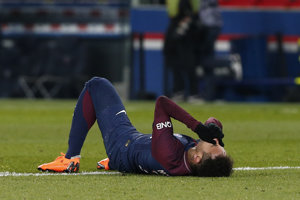 Hráč Paríža St. Germain Neymar leží na zemi v šlágri 27. kola francúzskej Ligue 1 proti Olympique Marseille.