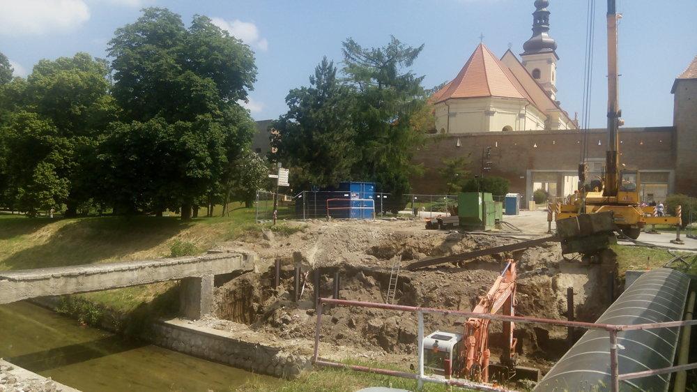 Začala obnova mosta pri Bernolákovej bráne.