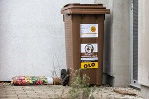 Na hnedej nádobe na biodpad je vyznačený aj deň jej vyprázdňovania.