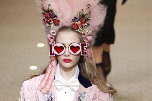 Dolce & Gabanna na Týždni módy v Miláne predviedli aj extravagantný romantický outfit v ružovej.