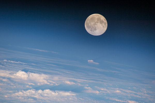 Pohľad na Mesiac z Medzinárodnej vesmírnej stanice. Vedci publikovali novú hypotézu o vzniku našej prirodzenej družice.