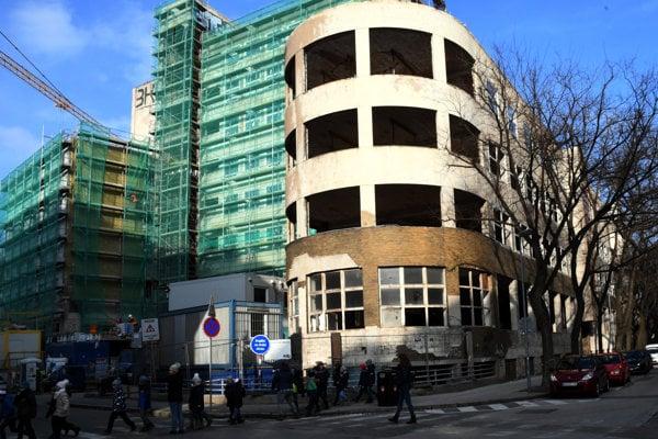 Rekonštrukcia bývalej nemocnice s poliklinikou na Bezručovej ulici.