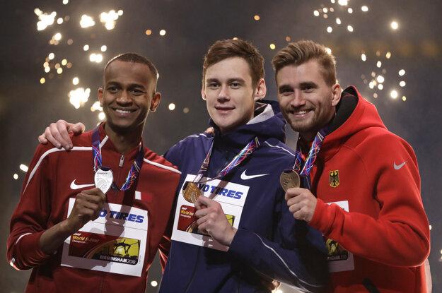 Len 20-ročný skokan z Ruska Lysenko (uprostred) tak vrátil prehru Baršimovi (vľavo) vlani na MS v Londýne.