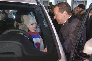 Krasokorčuliarka Alina Zagitovová a premiér Dmitrij Medvedev.
