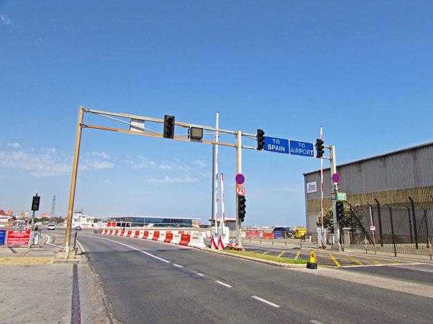 Príchod k semafóru, ktorý púšťa autá a chodcov cez pristávaciu dráhu letiska