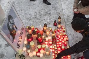 Spomienka na zavraždeného novinára Jána Kuciaka a jeho snúbenicu Martinu Kušnírovú na Radničnom námestí v Pezinku.