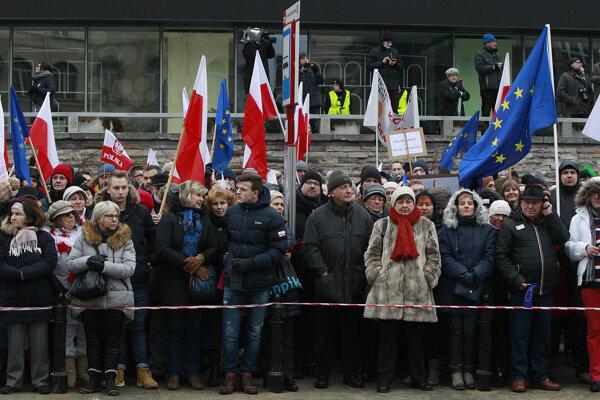 Poliaci demonštrujú za slobodu prejavu, podpora vládnej strany klesá.