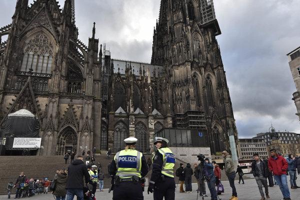 Polícia pred katedrálou v Kolíne nad Rýnom.