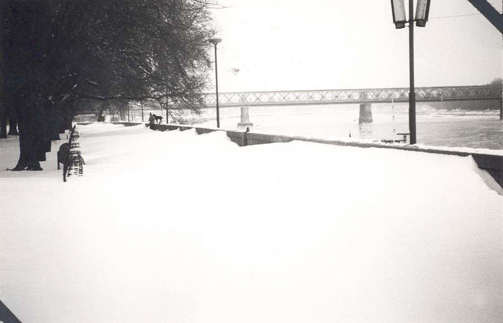 Nábrežie a most Červenej armády. Sedieť na lavičke a pozorovať život okolo sa veľmi nedalo.