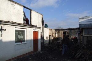 Oheň sa rozšíril z hospodárskej budovy až na strechu domu.