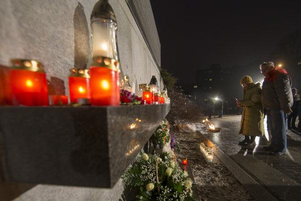 Litovčania si výročie pripomenuli kvetmi a spomienkovými prejavmi.