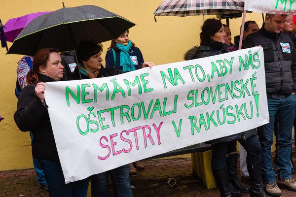 Zdravotné sestry s transparentom pred vchodom do FNsP Žilina, z ktorej odišla zhruba pätina z nich.