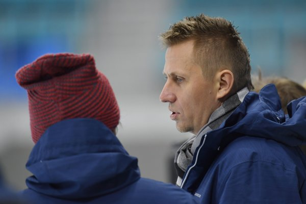 Na olympiáde vPjongčangu. R. Staňa pri sledovaní tréningu slovenských hokejistov.