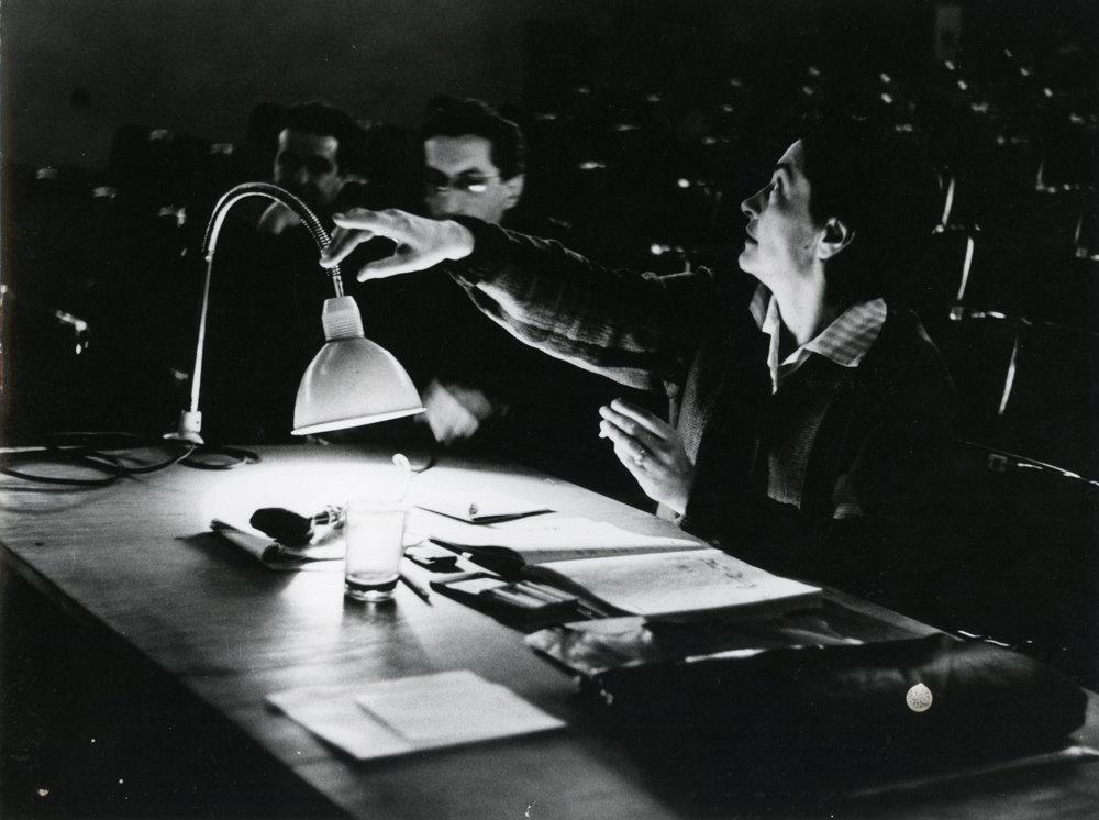 Za režisérskym pultom počas skúšky na Novej scéne. Vzadu scénograf Daniel Gálik.