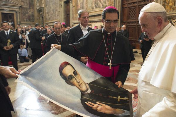 Pápež František s portrétom Oscara Romera.