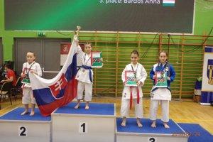 Na najvyššom stupienku Sofia Fialková spohárom, diplomom aslovenskou vlajkou.