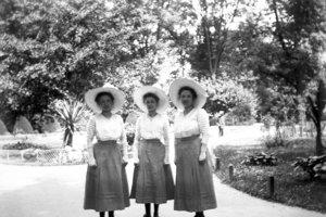 V PamMape sa dá vyhľadať stará Bratislava, aj predkovia. Na snímke sestry Neulingerové vpetržalskom parku. 1910-1920