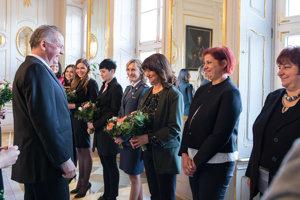 Prezident SR Andrej Kiska počas odovzdávania kvetov v rámci slávnostného obeda prezidenta SR s desiatimi ženami z rôznych oblastí spoločenského života.
