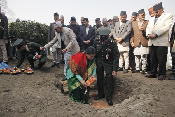 Nepálska prezidentka Vidjádéví Bhandáríová kladie základný kameň obnovy po zemetrasení.