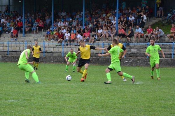 Prečín (v zelenom) a Plevník (v žltom) si v nedeľu zahrajú aspoň priateľský zápas