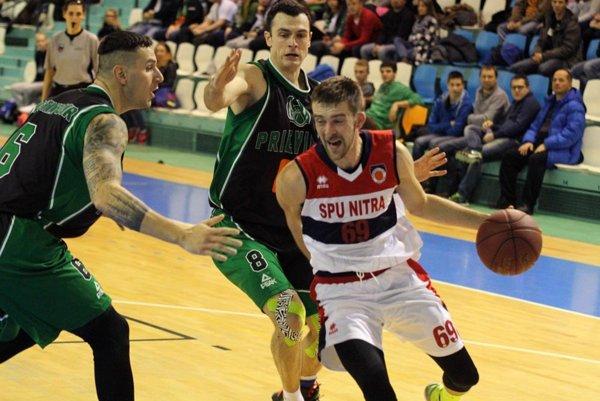 S loptou Stojanov, v zelenom Rostampour a Batina.