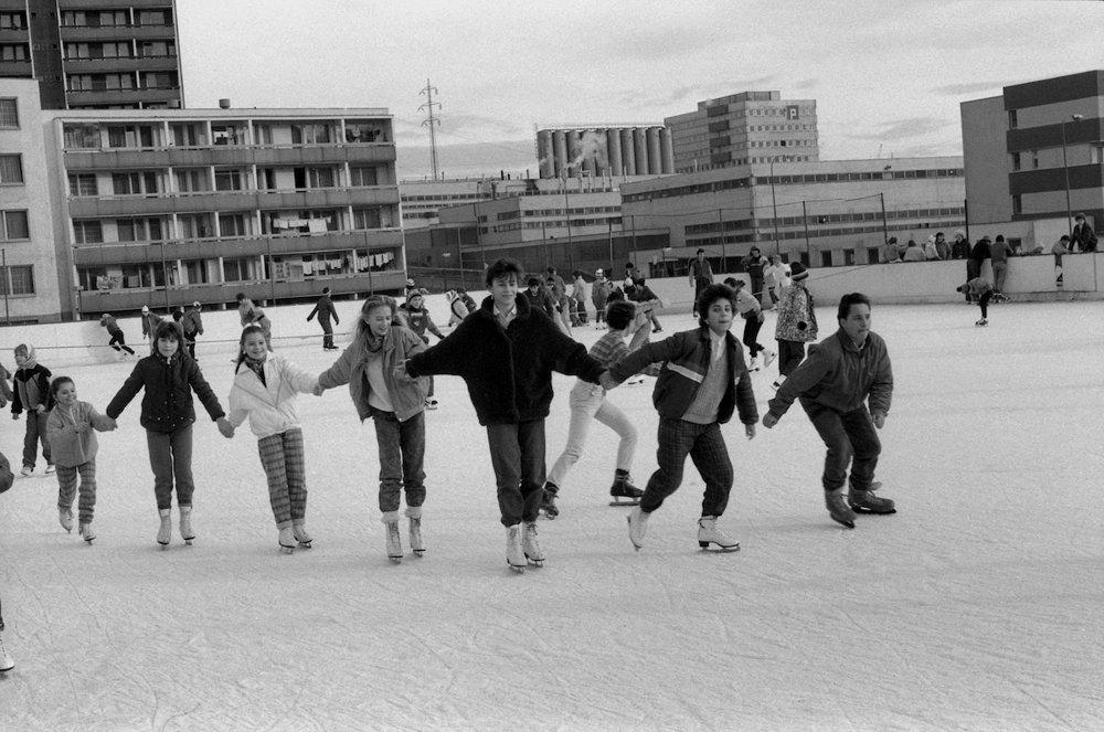 Na archívnej snímke z 28. decembra 1987 zimné prázdniny bratislavských detí. Školáci bratislavského sídliska Dúbravka na klzisku s umelým ľadom.
