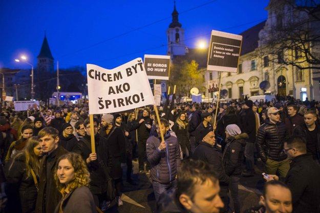 Ľudia na bratislavskom proteste.