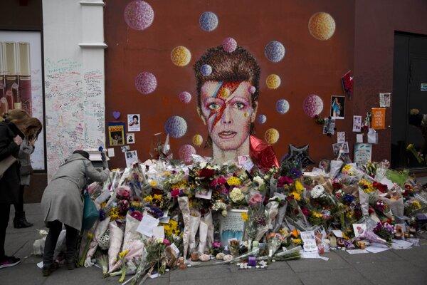 Ľudia v Londýne spomínajú na zosnulého hudobníka.