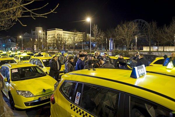 Budapeštiansky štrajk taxikárov proti alternatívnej taxislužbe Uber.