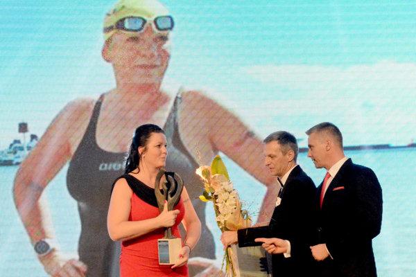 Zuzana Jusková si preberá cenu.