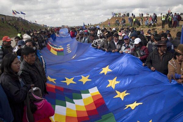 Bolívijčania rozvinuli takmer 200 kilometrov dlhú vlajku so svojimi národnými symbolmi.