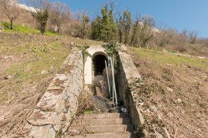 Zvyšok Kempelenovho vodovodu pod hradom.