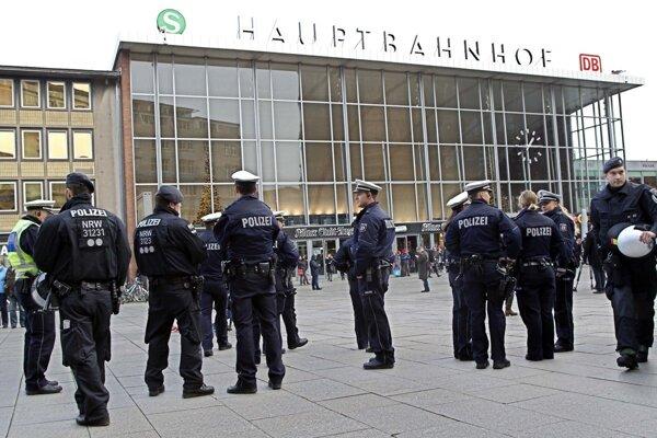 Nemecká polícia pred vlakovou stanicou v Kolíne.
