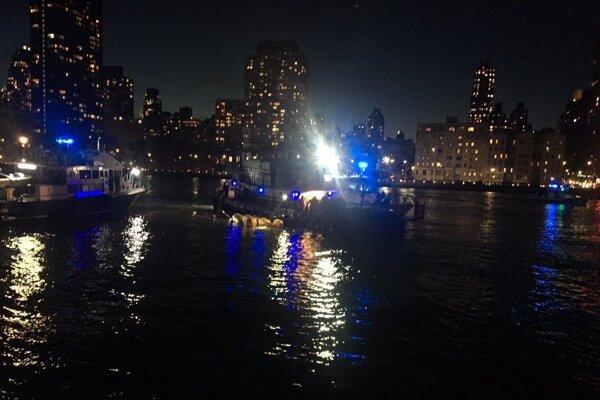 Stroj tvrdo narazil na hladinu rieky a vzápätí sa prevrátil.