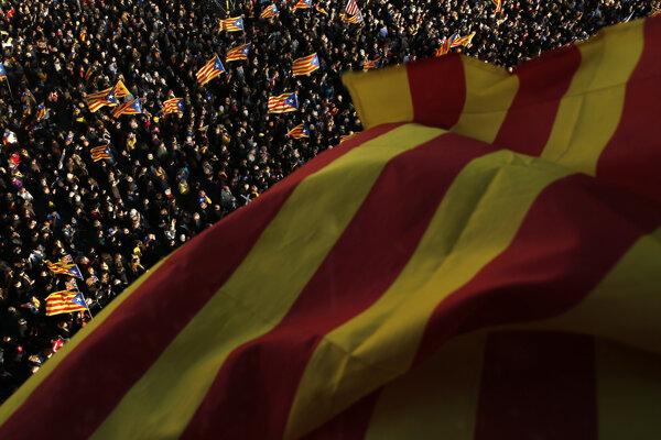 Mnohí demonštranti mávali vlajkami hnutia za nezávislosť.