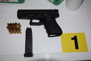 Polícia zaistila aj strelnú zbraň.