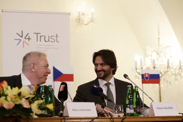 Na snímke vpravo minister vnútra SR Robert Kaliňák a český minister vnútra Milan Chovanec.