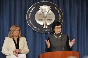 7. február 2011. Ministerka spravodlivosti Lucia Žitňanská a premiérka SR Iveta Radičová počas spoločnej tlačovej konferencie.