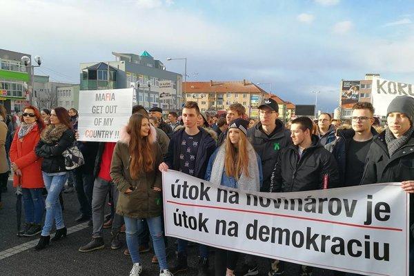 V Senici dnes protestovala približne tisícka ľudí.