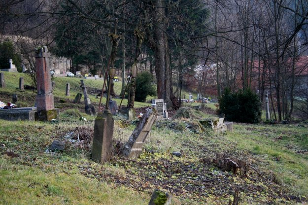 Cintorín bol postavený na dedine, ale má mestský charakter.