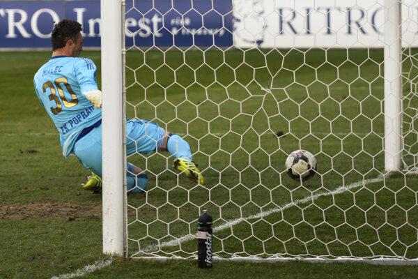Na snímke brankár Ján Malec (Poprad) sa snaží zabrániť vlastnému gólu z kopačky Jakuba Hrica.