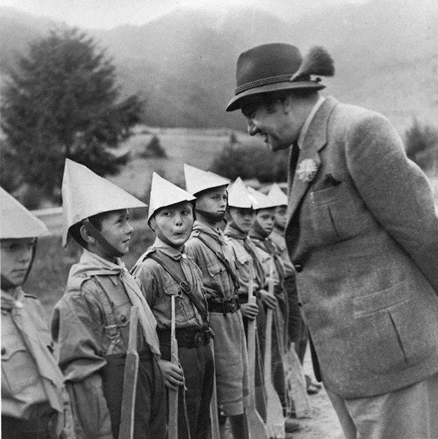 Šéf Úradu propagandy Tido Gašpar medzi deťmi z oddielov Hlinkovej mládeže