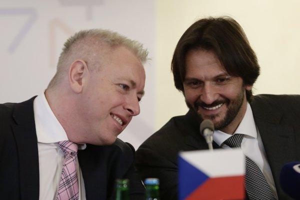 Minister vnútra SR Robert Kaliňák (vpravo) a český minister vnútra Milan Chovanec na tlačovej besede po rokovaní ministrov vnútra krajín V4, Slovinska, Srbska a Macedónska o migračnej kríze v Prahe.